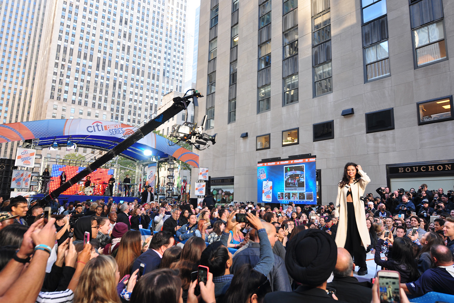 Upstage Video - V-Tower Outdoor Screen Rental